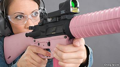 Mujer con pistola rosa. Foto: Oleg Volk