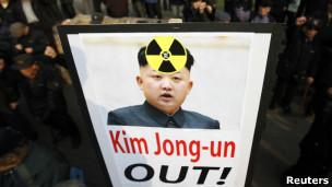 韩国反核游行中的金正恩照片