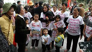 Bà Lê Hiền Đức cùng dân khiếu kiện hôm 6/2/2013