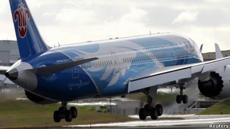 美國一架波音787夢幻客機進行測試飛行(07/02/2013)