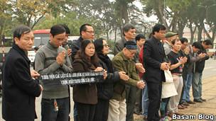 Đoàn tưởng niệm 17/2 ở Hà Nội