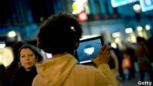 Mujer con tableta en el centro neurálgico de una ciudad