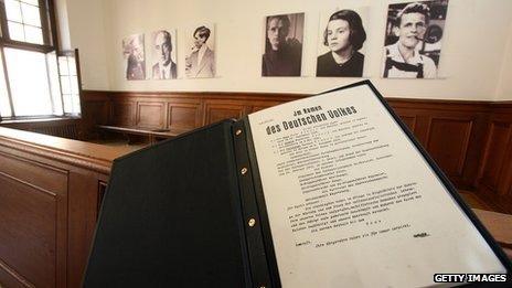 Cópias das sentenças contra os membros do grupo Rosa Branca na Corte de Munique (Getty)