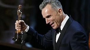 Daniel Day-Lewis ganha 3º Oscar e faz história - BBC Brasil - Notícias