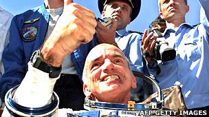 Dennis Tito luego de su viaja a la Estación Espacial Internacional en 2001