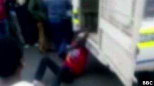Taxista é algemado a veículo de polícia da África do Sul e arrastado / BBC