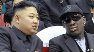 罗德曼(右)与金正恩在平壤观看球赛(28/2/2013)