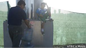Vecinos de Bujama recogen agua potable del panel