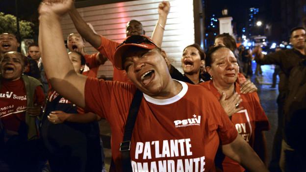 Mujeres de rojo tras la muerte de Chávez