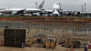 Trabalhadores atuam na contrução do Terminal 3 de Guarulhos (Reuters)
