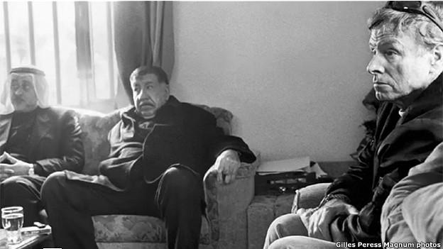 James Steele (der) junto a Adnan Thabit (centro) ex jefe de los comandos especiales de la policía iraquí.