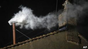 Fumaça branca sai da chaminé da Capela Sistina (foto: AP)