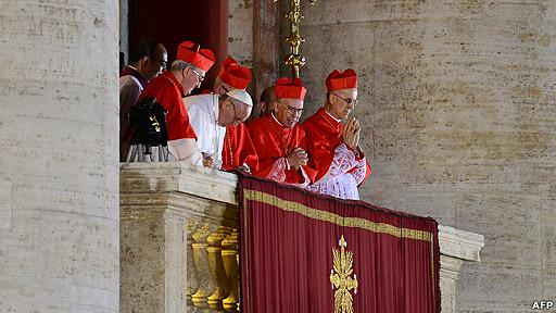 Papa Francisco saluda desde el balcón rodeado de cardenales