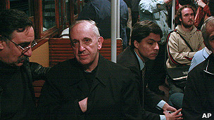 El cardenal Jorge Bertoglio en el metro de Buenos Aires