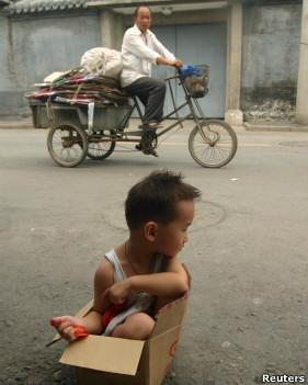 Un niño en una caja de cartón en China