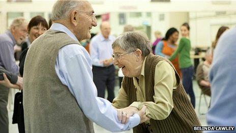 Pacientes de Parkinson bailando