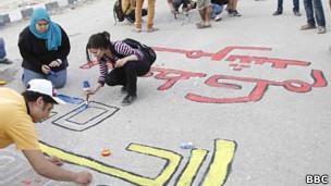 رسوم غرافيتي بالقرب من مقر الإخوان المسلمين تتسبب في اشتباكات المقطم  130317042939_egypt_graffeti_304x171_bbc