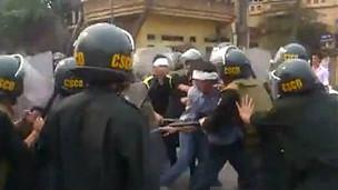 Cảnh sát cơ động và người biểu tình