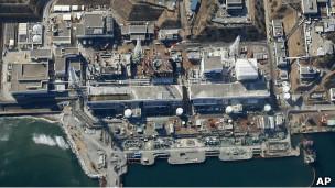 Plantas Nucleares - Riesgos y Aciertos 130319090853_tsunami-ravaged_fukushima_dai-ichi_nuclear_power_plant_304x171_ap