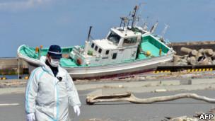 Un trabajador en la planta nuclear de Fukushima