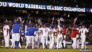 Equipo de República Dominicana festejando la victoria