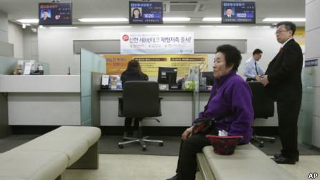 新韩银行内的顾客