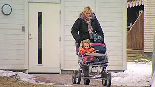 Crianças sendo levadas para outra creche, pela manha (BBC)