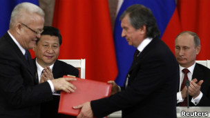 习近平和普京出席两国能源领域重要合作备忘录签字仪式