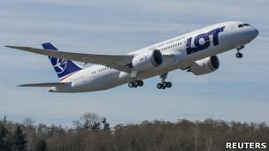 一架波蘭航空波音787客機在波音艾弗雷特工廠所在的華盛頓州佩恩機場起飛(25/3/2013)