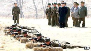 Kim Jong-un, líder norcoreano, dirigiendo ejercicios militares
