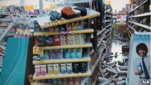 台湾彰化县一家超市在地震后货品东歪西倒(台湾中央社图片27/3/2013)