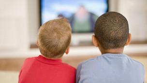 Niños mirando la televisión