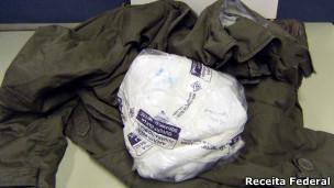 Cocaína enviada pelo correio com roupas (foto: Receita Federal)