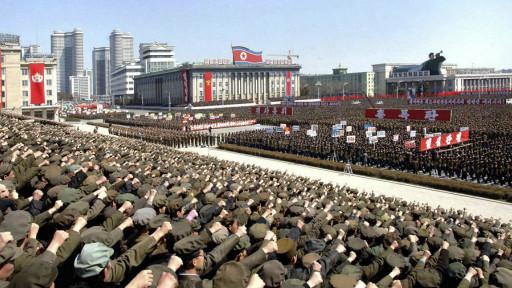 Ribuan tentara Korea Utara dan mahasiswa ikut serta dalam unjuk rasa di kota Pyongyang untuk mendukung pengumuman Kim Jong-un itu.