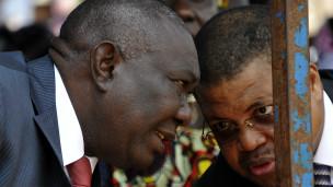 Kiongozi mpya ta Jamhuri ya Afrika ya Kati, Michel Djotodia (kushoto), akizungumza na waziri mkuu wake, Nicolas Tiangaye
