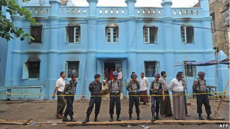 緬甸仰光穆斯林學校大火現場警員拉起封鎖線(2/4/2013)