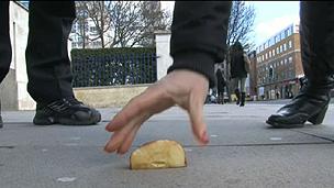 Alimentos que ficam no chão até menos de um segundo já ficam contaminados (BBC)