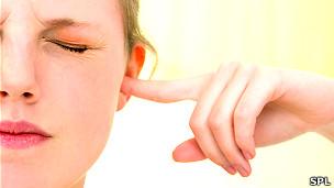 Joven cubriéndose los oídos Foto SPL