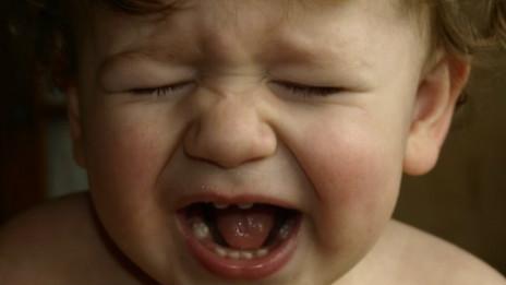 Un bebé llorando