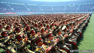 Militares norcoreanos en una ceremonia multitudinaria
