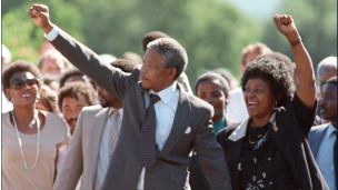 Nelson Mandela alzando su puño