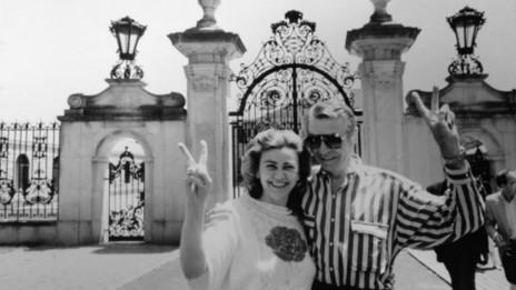 Piasecka Johnson y su hermano en 1986