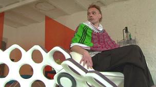 Carl de Smet sentado em cadeira de poliuretano (crédito: BBC)