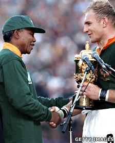 Mandela junto al capitán del equipo nacional de rugby Francois Pienaar