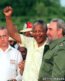 Mandela junto a Fidel Castro en 1990