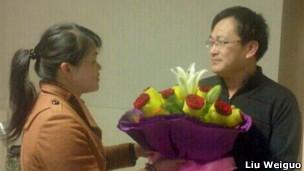 支持者向刚获释的王全璋律师献花(06/04/2013)