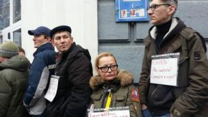 Manifestantes protestam contra nova lei sobre importação de remédios na Ucrânia (BBC)