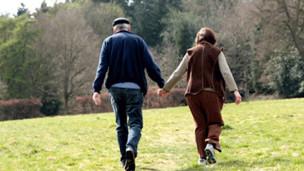 Casal andando