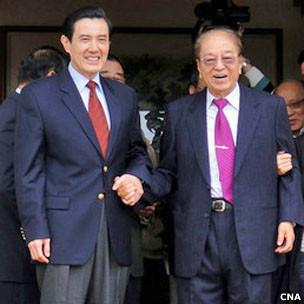 马英九给林洋港(右)拜年(台湾中央社图片7/2/2010)