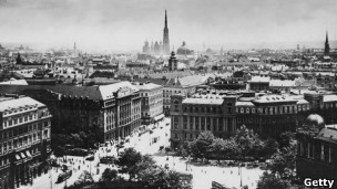 http://wscdn.bbc.co.uk/worldservice/assets/images/2013/04/18/130418122522_sp_viena_1913_historica_304x171_getty.jpg